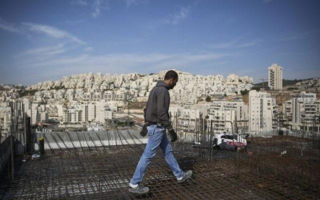 Un ouvrier sur un chantier dans le quartier de Har Homa à Jérusalem est en octobre 2014 (Crédit : Hadas Parush / Flash90)