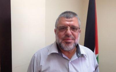 Le dirigeant du Hamas, Hassan Youssef dans son bureau à Ramallah le 30 juillet 2015 (Crédit photo: Elhanan Miller / Times of Israel)