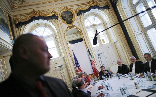 Les responsables américains et iraniens au cours des négociations nucléaires à Vienne, le 3 juillet 2015. (AFP / POOL / CARLOS BARRIA)