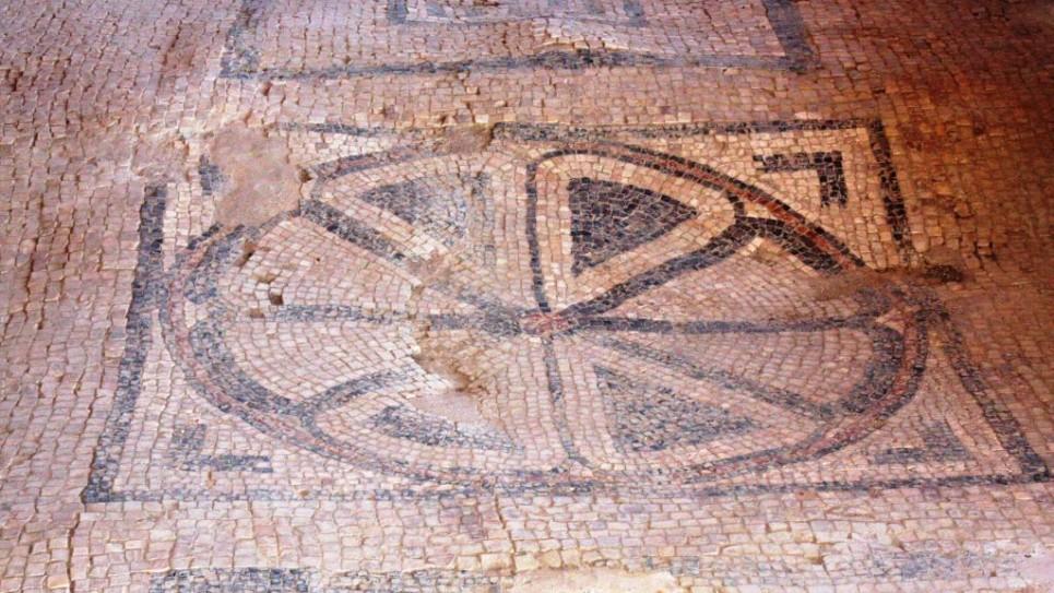 Mosaïque de la première synagogue datant du Ier siècle à Magdala (Crédit : Shmuel Bar-Am)