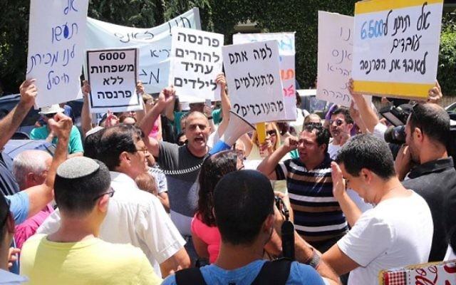 Les employés de la chaîne de supermarchés Mega manifestent devant une conférence des fournisseurs Mega à Tel Aviv le 12 juillet 2015, où Mega leur a demandé d'approuver l'accord de dette (Crédit photo: Flash90)