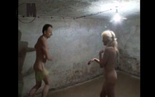 """Capture d'écran de """"Game of Tag"""", une vidéo réalisée en 1999 par l'artiste polonais Artur Zmijewski (Crédit : Musée d'Art Moderne de Varsovie site web)"""