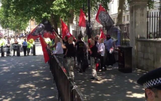 La manifestation néo-nazie organisée le 4 juillet à Londres n'a rassemblé qu'une vingtaine de personnes. (Crédit : Screen capture/TheBlaze/YouTube)