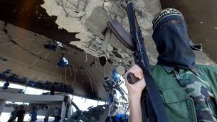 Un membre armé du mouvement du Jihad islamique  à l'intérieur des ruines de la synagogue de Netzarim, dans la babde de Gaza, le 12 septembre, 2005 (Crédit photo: Ahmad Khateib / Flash90)