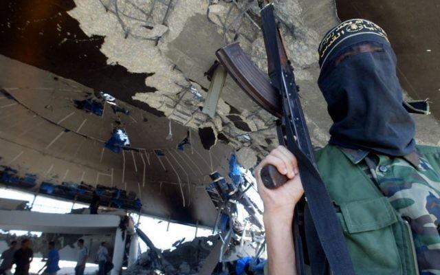 Un membre armé du mouvement du Jihad islamique  à l'intérieur des ruines de la synagogue de Netzarim, dans la babde de Gaza, le 12 septembre 2005 (Crédit photo: Ahmad Khateib / Flash90)