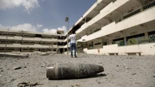 Un obus sur le sol de l'école Sobhi Abu Karsh fortement endommagé dans le quartier Chajaya de la ville de Gaza, un bastion du Hamas, le mardi 5 août 2014 (Crédit photo: Mohammed Abed / AFP)