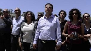 Aida Touma-Sliman à côté du chef de file de la Liste  arabe unie Ayman Odeh (au centre) à une cérémonie   marquant l'anniversaire de la Nakba à l'Université de Tel-Aviv  le 20 mai 2015  (Crédit photo: Tomer Neuberg / Flash90)