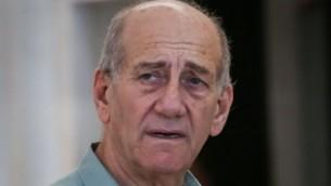 L'ancien Premier ministre Ehud Olmert quitte la Cour suprême à Jérusalem après que le tribunal ait accepté à sa demande de reporter de sa peine de prison  le 8 juillet 2015  (Crédit photo: Hadas Parush / Flash90)