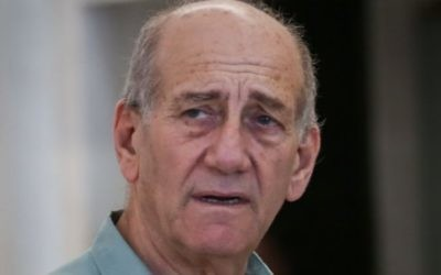 L'ancien Premier ministre Ehud Olmert quitte la Cour suprême à Jérusalem après que le tribunal ait accepté à sa demande de reporter de sa peine de prison  le 8 juillet 2015  (Crédit : Hadas Parush / Flash90)