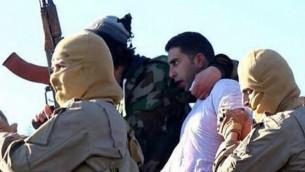 Une photographie publiée le 24 décembre 2014 sur les sites djihadistes par l'État islamique à Raqqa en Syrie prétend  montrer le pilote jordanien Mu'ath al-Kaseasbeh (Crédit photo: AFP / HO / Welayat Raqqa)