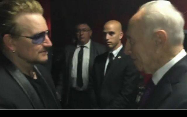 L'ancien président Shimon Peres (à droite) avec le chanteur de U2, Bono, à Toronto, au Canada, le lundi 6 juillet 2015. (Crédit : Capture d'écran Ynet)
