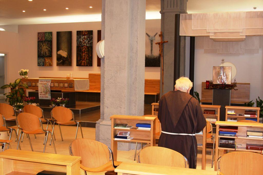 La prière dans la chapelle du couvent des Capucins (Crédit : Shmuel Bar-Am)