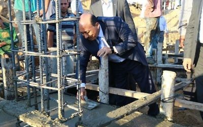 Le ministre palestinien de l'Habitat et des Travaux publics, Moufid al-Hasayneh, posant la première pierre pour reconstruire la première maison entièrement démolie lors de l'offensive israélienne de l'été dernier dans la bande de Gaza (Photo: page Facebook du ministre)