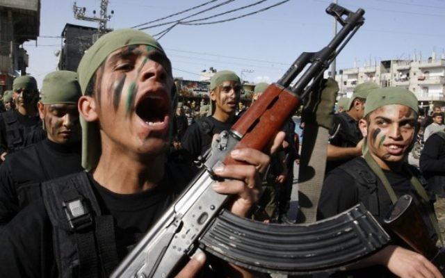 Des élèves des écoles palestiniennes prennent part à une marche militaire organisée par le Hamas dans la ville de Rafah, dans le sud de la bande de Gaza, le 27 février 2014 (Crédit photo: Abed Rahim Khatib / Flash90)
