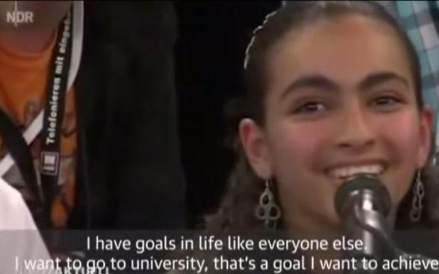 L'adolescente palestinienne Reem Sawhil s'adressant à la chancelière allemande Angela Merkel lors d'un débat télévisé à Rostock, en Allemagne, le 16 juillet 2015 (Crédit : Capture d'écran YouTube)