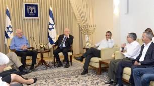 Le président Reuven Rivlin reçoit avec le ministre de l'Agriculture et du développement rural Uri Ariel (à gauche) le forum des chefs des collectivités locales bédouines à la résidence du président à Jérusalem, le 6 juillet 2015 (Crédit photo: Mark Neyman / GPO)
