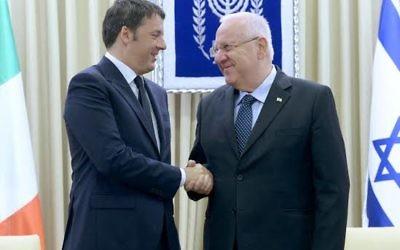 Poignée de main entre le Premier ministre italien Matteo Renzi et le président Reuven Rivlin mercredi 22 juillet 2015 (Crédit : Mark Neyman/GPO)