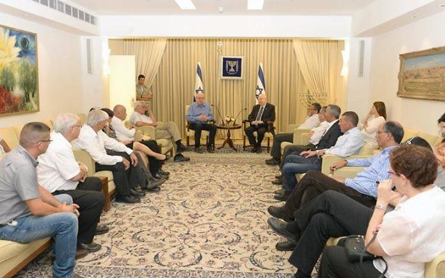 Le président Reuven Rivlin rencontre, avec le ministre de l'Agriculture et du développement rural Uri Ariel, le forum des chefs des collectivités locales bédouines, à la résidence du président, à Jérusalem, le 6 juillet 2015. (Crédit photo: Mark Neyman / GPO)