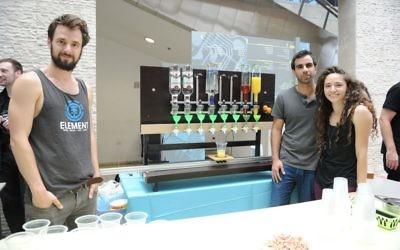 De gauche à droite : les inventeurs de RoboDrink  Zorik Gechman, Michal Friedman et Yoav Mizrahi (Courtoisie)
