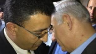 Mendi Safadi (à gauche) en conversation avec le Premier ministre israélien Benjamin Netanyahu lors d'un événement en 2015 (Autorisation: Mendi Safadi)