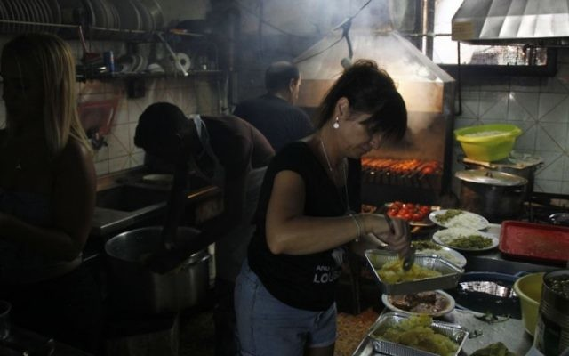 La cuisine dans le restaurant iranien Salimi, dans le quartier de Florentine à Tel Aviv . Les Juifs et perses et leurs partisans culinaires sont préoccupés par l'inefficacité de l'accord nucléaire  (Photo: Judah Ari Gross / Times of Israel)