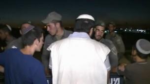 Des manifestants argumentent avec des forces de la police des frontières chargés de les évacuer de Sa-Nur en Cisjordanie, où quelque 200 manifestants occupaient les ruines de l'implantation évacuée en 2005 (Capture d'écran / Ynet)