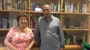 Sara Davidson Guter, qui a été prise en otage à Entebbe, et Avner Avraham (Mitch Ginsburg / Times of Israel)