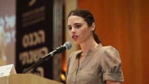 La ministre de la Justice Ayelet Shaked parle à la Conférence annuelle du Bar Association à Eilat, le 18 mai 2015 (Crédit : Yossi Zamir / flash 90)