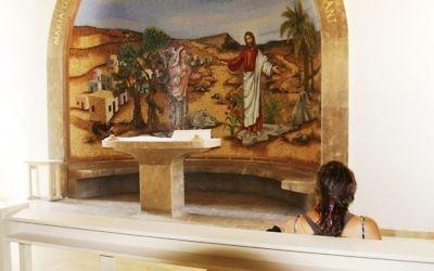 Une chapelle latérale dédiée à la prière et à la réflexion au centre Magdala (Crédit : Shmuel Bar-Am)