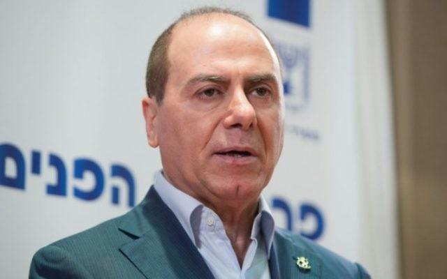 Le ministre de l'Intérieur d'alors, Silvan Shalom, lors d'une cérémonie de passation des pouvoirs du directeur général du ministère de l'Intérieur à Jérusalem le 21 juin 2015 (Crédit photo: Yonatan Sindel / Flash90)