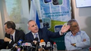 Le ministre Yuval Steinitz (au centre) présente les lignes directrices de la réglementation sur les réserves de gaz naturel du pays lors d'une conférence de presse à Jérusalem le 30 juin 2015 (Crédit photo: Yonatan Sindel / Flash90)