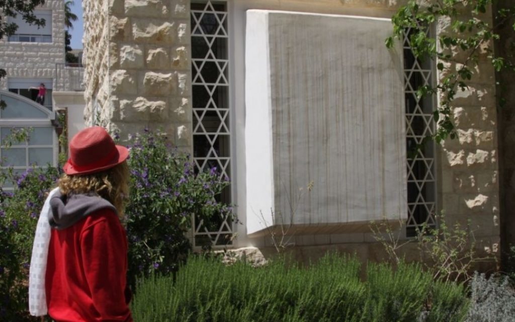 En dehors de l'ancienne synagogue (Crédit : Shmuel Bar-Am)
