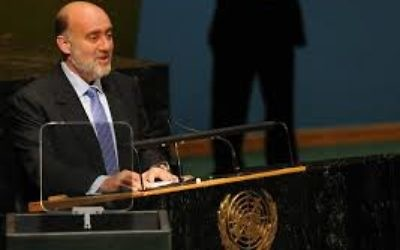 Crédit : Wikipédia : Ambassador Prosor gives a speech at the general assemby. PHOTO CREDIT: © SHAHAR AZRAN