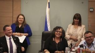 La députée de la Liste arabe unie Aida Touma-Sliman, au centre, et le président de la Knesset Yuli Edelstein, à gauche,  lors d'une séance de la Commission de la condition de la femme à la Knesset le 3 juin 2015 (Crédit photo: Hadas Parush / Flash90)