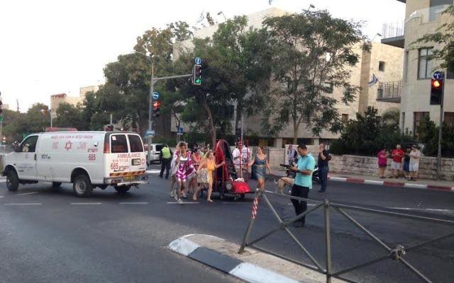 Marche de la gay pride à Jérusalem après l'attaque au couteau qui a blessé 6 participants, le 30 juillet 2015 (Crédit Stuart Winer/Times of Israel)