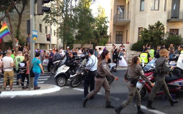 Marche de la gay pride à Jérusalem, le 30 juillet 2015 (Crédit Stuart Winer/Times of Israel)