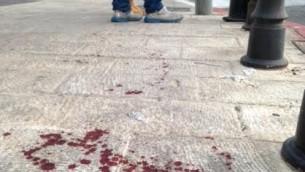 Traces de sang après l'attaque au couteau lors de la marche de la gay pride à Jérusalem, le 30 juillet 2015 (Crédit : Stuart Winer/Times of Israel)