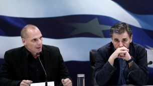 Le ministre grec des Finances sortant Yanis Varoufakis (à gauche) à côté du ministre des Finances nouvellement nommé Euclid Tsakalotos  au cours de la cérémonie la passation des pouvoirs au ministère des Finances à Athènes le 6 juillet, 2015 (Crédit photo:  ANGELOS TZORTZINIS/AFP)