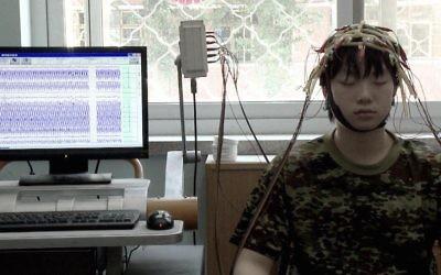"""Une scène du documentaire """"Web Junkie,"""" qui se penche sur l'un des quelque 400 installations de style militaire pour traiter la dépendance à Internet en Chine (Crédit : JTA / Dogwoof Global)"""