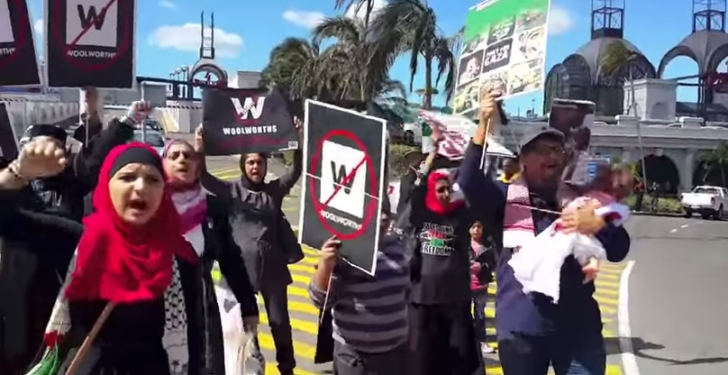 Des militants BDS à l'extérieur d'un magasin Woolworths (Crédit : Capture d'écran YouTube)