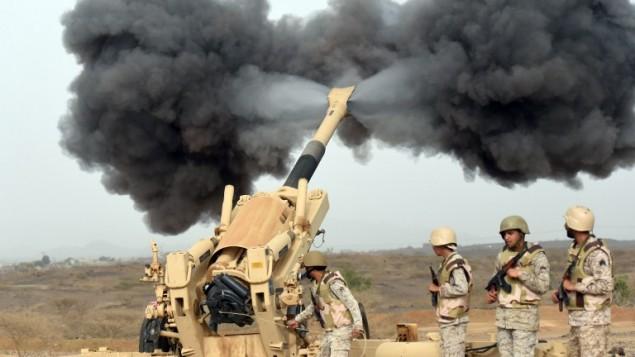 L'artillerie de l'armée saoudienne tirant vers le Yémen à partir d'une position près de la frontière saoudo-yéménite, dans le sud-ouest de l'Arabie saoudite, le 13 avril 2015. (Crédit : Fayez Nureldine/AFP)
