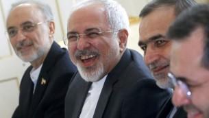 Mohammad Javad Zarif, au centre, ministre iranien des Affaires étrangères, au début d'une réunion sur le programme nucléaire de l'Iran avec le secrétaire d'Etat américain John Kerry à Vienne, en Autriche, le 30 juin 2015. (Crédit : Carlos Barria/Pool/AFP)