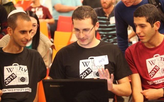 Participants à un récent hackathon Wikimedia israélien (Daniel Bar-On / Wikimedia Israël)