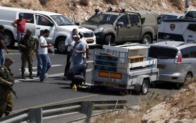 La police enquête après une attaque près de la colonie de Kohav Hashahar, le 31 juillet 2015. (Crédit : AFP PHOTO/THOMAS COEX)