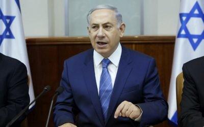 Le Premier ministre Benjamin Netanyahu préside la réunion hebdomadaire du cabinet à son bureau de Jérusalem le 2 août 2015 (Crédit : Gali Tibbon / AFP / Pool)