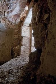 L'entrée d'un bain rituel récemment découvert à Jérusalem (Crédit : Shai Halevy, IAA)