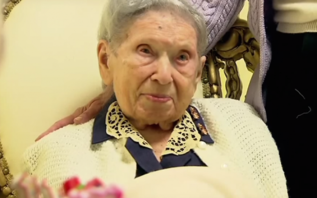 Goldie Steinberg célébrant son 112e anniversaire à Long Beach, New York, le 13 janvier 2013. (Capture d'écran : YouTube)