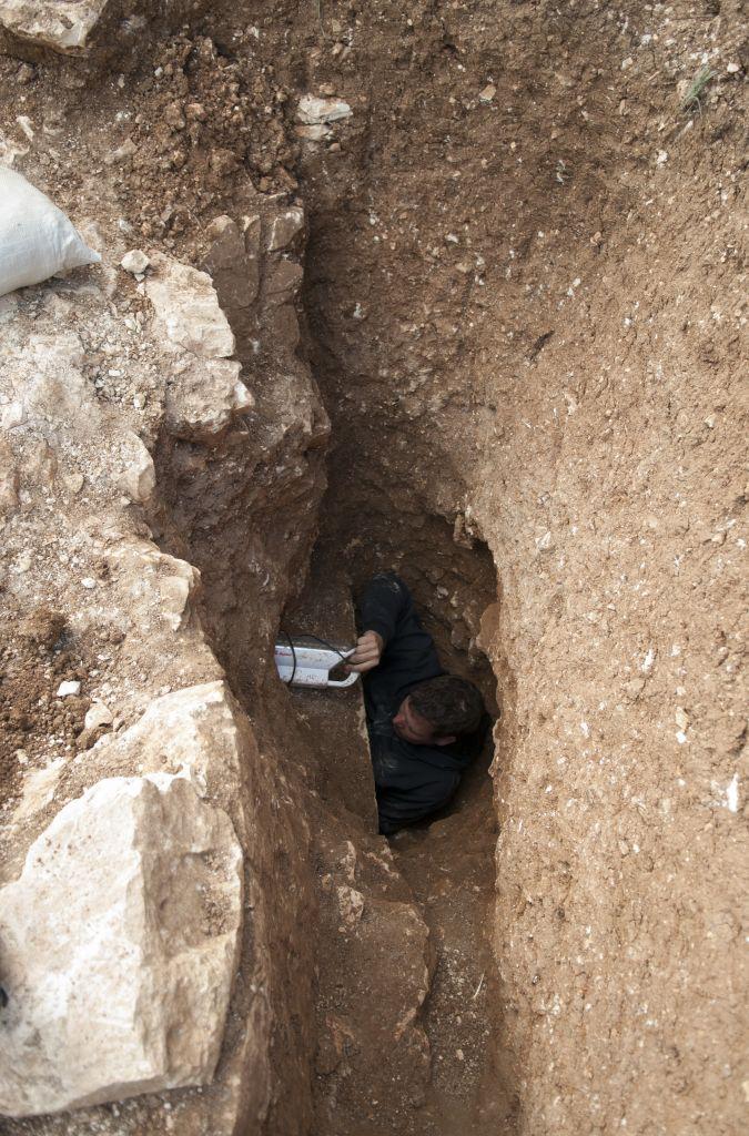 L'entrée d'une mikvé datant de la période du Second Temple période  récemment découverte à Jérusalem, découverte annoncée par l'Autorité des Antiquités d'Israël le 5 août 2015 (Crédit : Shai Halevy, IAA)