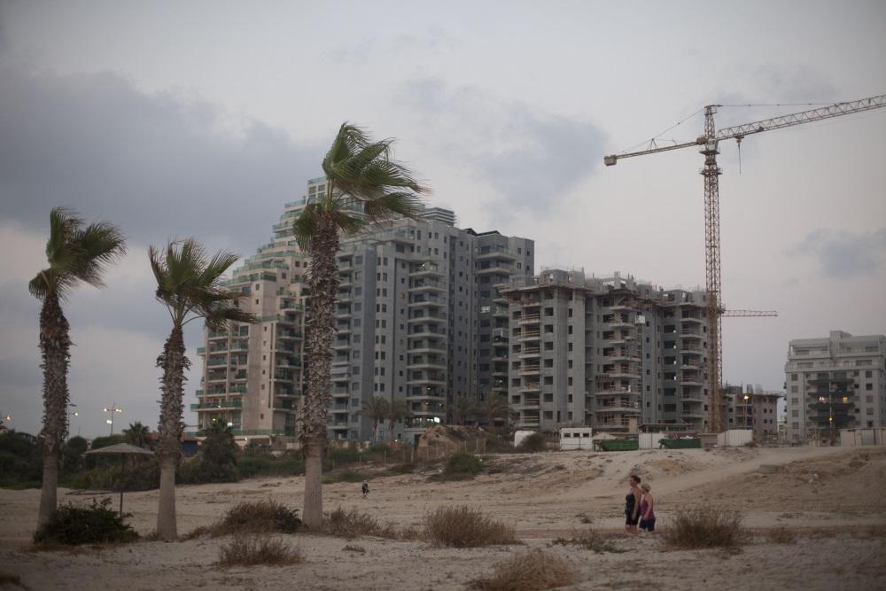 Des logements en construction dans la ville côtière du sud d'Ashkelon (Crédit : Lior Mizrahi / Flash90)