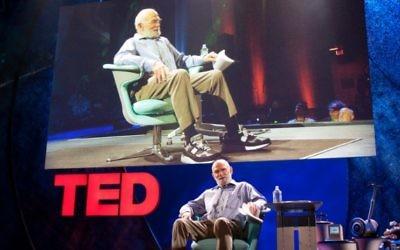 Oliver Sacks donnant une conférence TED en 2009. (Crédit : CC BY Bill Holsinger-Robinson, Flickr)